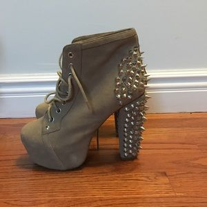 Taupe suede spike litas